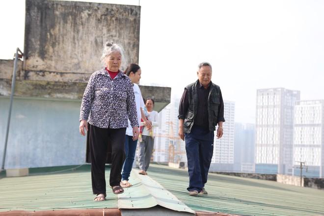 Hà Nội: Bà bầu 8 tháng vẫn trèo qua tum, rón rén đi trên mái nhà vì thang máy chung cư bị hỏng - Ảnh 3.