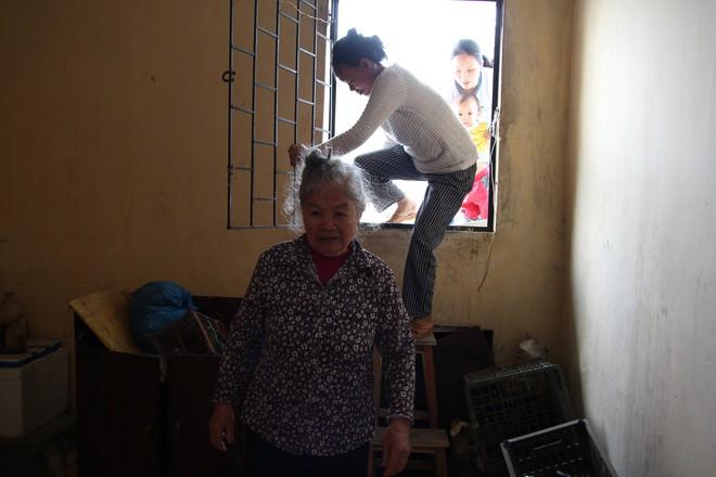 Hà Nội: Bà bầu 8 tháng vẫn trèo qua tum, rón rén đi trên mái nhà vì thang máy chung cư bị hỏng - Ảnh 4.
