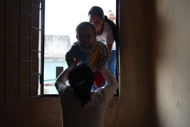 Hà Nội: Bà bầu 8 tháng vẫn trèo qua tum, rón rén đi trên mái nhà vì thang máy chung cư bị hỏng - Ảnh 7.