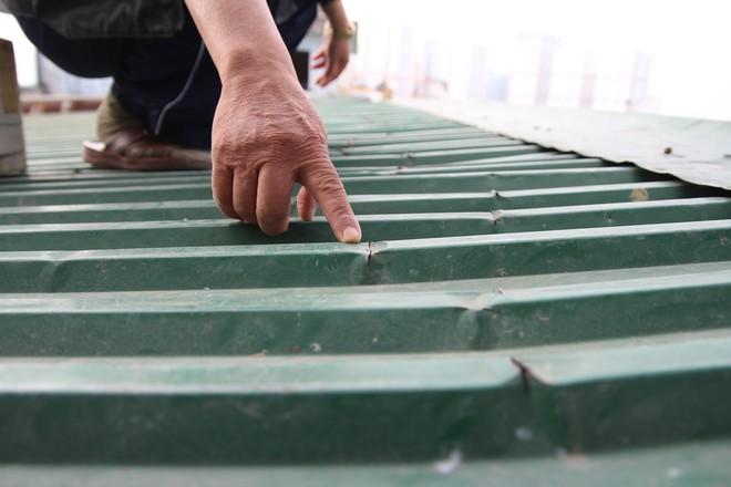Hà Nội: Bà bầu 8 tháng vẫn trèo qua tum, rón rén đi trên mái nhà vì thang máy chung cư bị hỏng - Ảnh 11.
