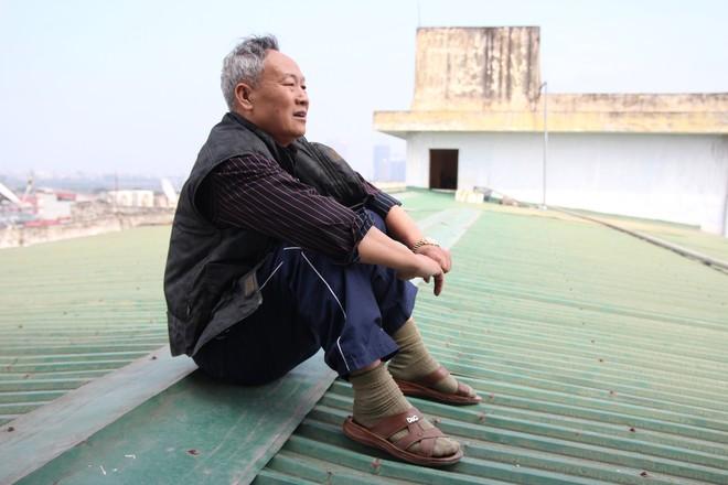 Hà Nội: Bà bầu 8 tháng vẫn trèo qua tum, rón rén đi trên mái nhà vì thang máy chung cư bị hỏng - Ảnh 10.