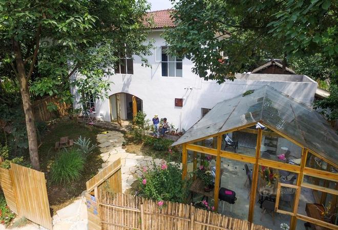 Vợ chồng nhiếp ảnh gia bỏ thành phố về xây ngôi nhà ngập tràn cây xanh, tạo cuộc sống mơ ước cho con trai - Ảnh 1.