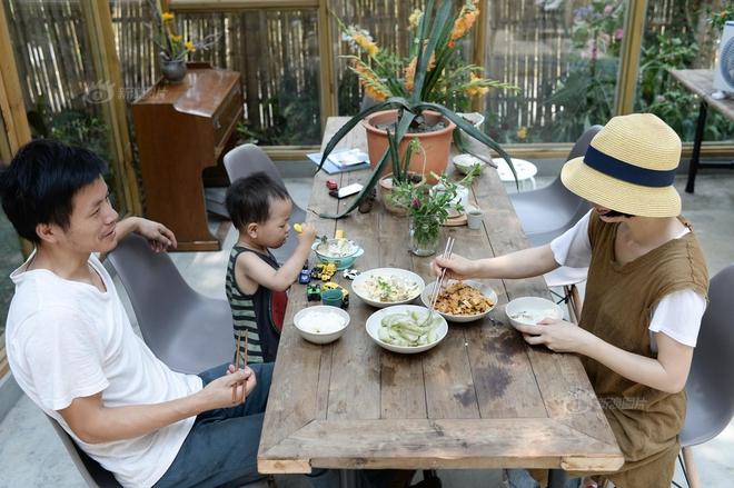 Vợ chồng nhiếp ảnh gia bỏ thành phố về xây ngôi nhà ngập tràn cây xanh, tạo cuộc sống mơ ước cho con trai - Ảnh 12.