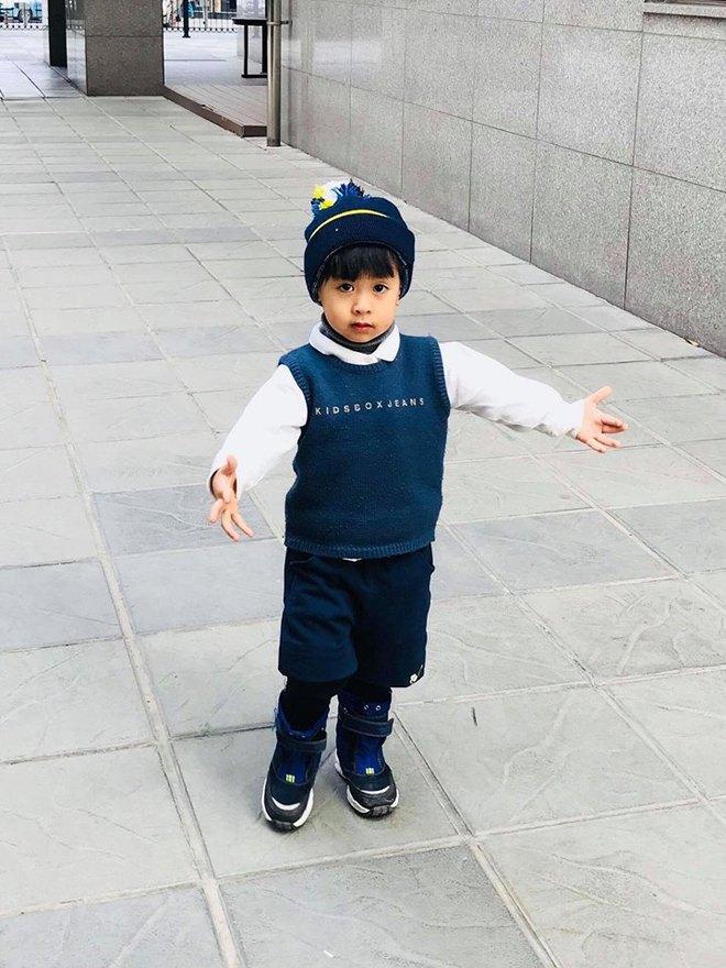Cậu bé 3 tuổi biết rán bánh ngon ơ nhờ mẹ Mìn rèn làm việc nhà từ lúc tập đi - Ảnh 5.