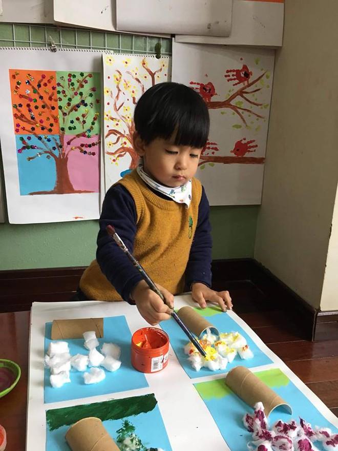 Cậu bé 3 tuổi biết rán bánh ngon ơ nhờ mẹ Mìn rèn làm việc nhà từ lúc tập đi - Ảnh 7.
