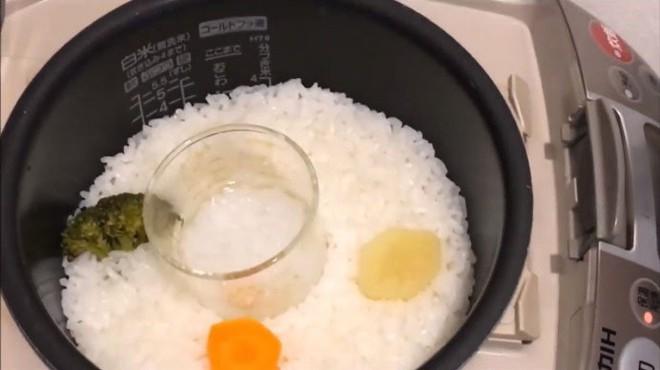 Học lỏm cách nấu cháo 2 trong 1 vô cùng tiện lợi, bố mẹ có cơm, con có cháo chỉ trong 1 lần nấu - Ảnh 11.