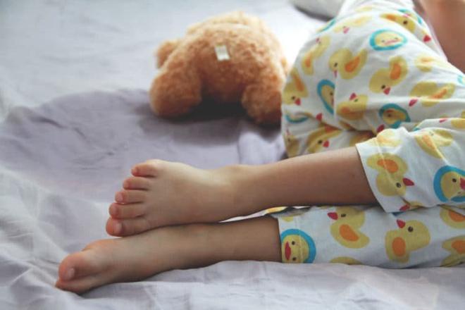 Biện pháp đơn giản giúp em bé nhà bạn chấm dứt hiện tượng đái dầm - Ảnh 1.