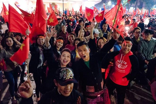 Jennifer Phạm được chồng doanh nhân cõng xuống đường ăn mừng chiến thắng của U23 Việt Nam  - Ảnh 1.