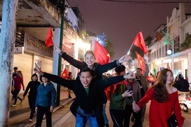 Jennifer Phạm được chồng doanh nhân cõng xuống đường ăn mừng chiến thắng của U23 Việt Nam  - Ảnh 2.