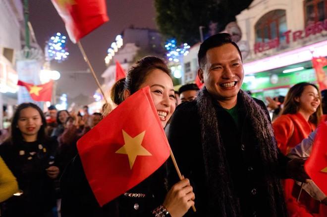 Jennifer Phạm được chồng doanh nhân cõng xuống đường ăn mừng chiến thắng của U23 Việt Nam  - Ảnh 3.