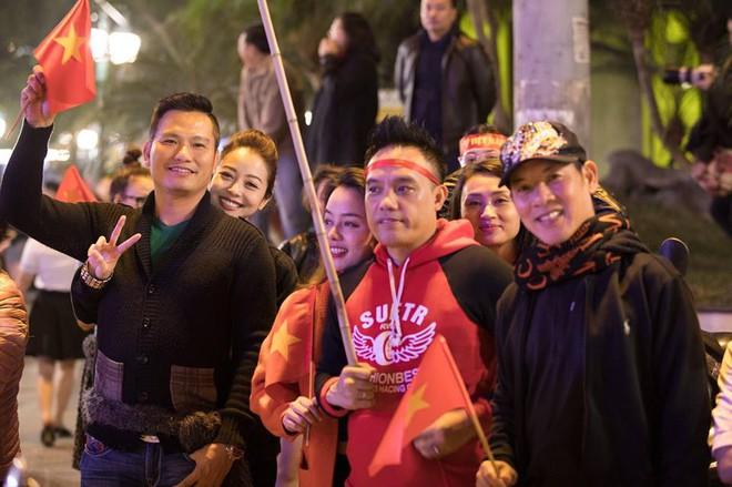 Jennifer Phạm được chồng doanh nhân cõng xuống đường ăn mừng chiến thắng của U23 Việt Nam  - Ảnh 4.