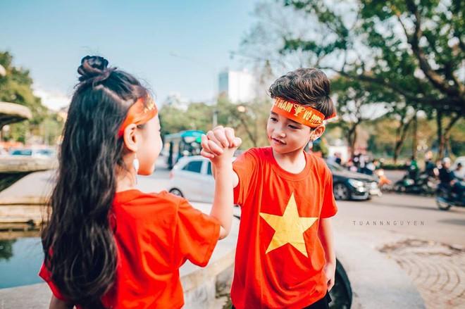 Hừng hực khí thế qua bộ ảnh hai mẫu nhí rủ nhau xuống đường cổ vũ Việt Nam vô địch - Ảnh 22.