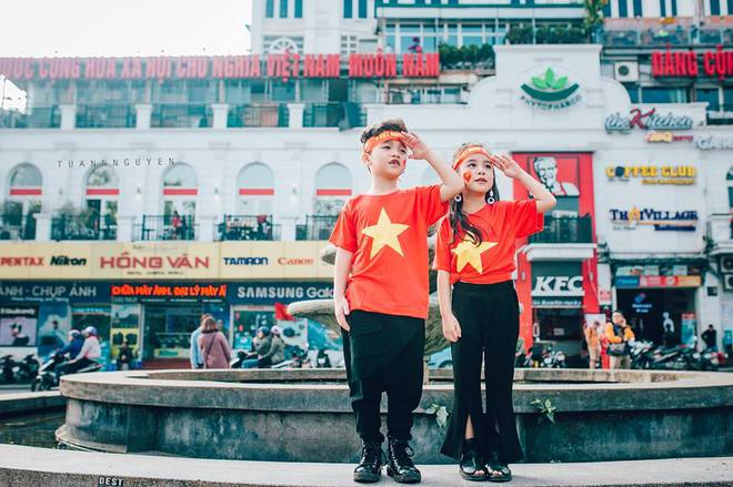 Hừng hực khí thế qua bộ ảnh hai mẫu nhí rủ nhau xuống đường cổ vũ Việt Nam vô địch - Ảnh 28.
