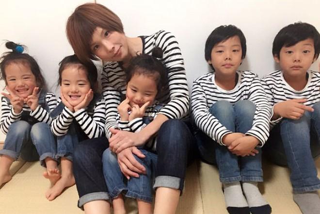 """Mẹ Nhật hot rần rần khi khoe ảnh gia đình với 1 cặp sinh đôi, 1 cặp sinh ba, đi đâu cũng """"ton sur ton"""" - Ảnh 4."""