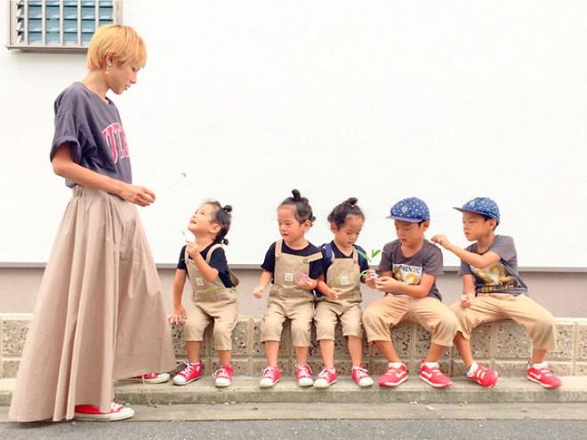 """Mẹ Nhật hot rần rần khi khoe ảnh gia đình với 1 cặp sinh đôi, 1 cặp sinh ba, đi đâu cũng """"ton sur ton"""" - Ảnh 5."""