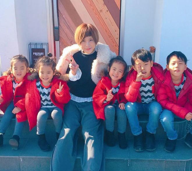 """Mẹ Nhật hot rần rần khi khoe ảnh gia đình với 1 cặp sinh đôi, 1 cặp sinh ba, đi đâu cũng """"ton sur ton"""" - Ảnh 6."""