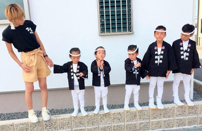 """Mẹ Nhật hot rần rần khi khoe ảnh gia đình với 1 cặp sinh đôi, 1 cặp sinh ba, đi đâu cũng """"ton sur ton"""" - Ảnh 8."""
