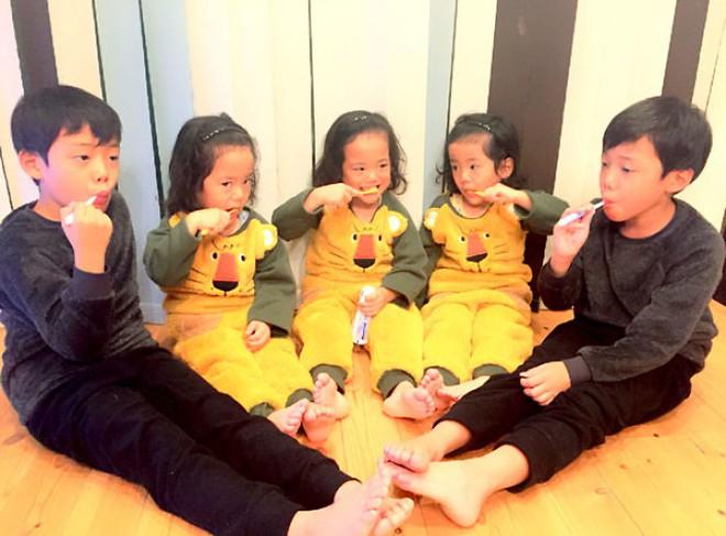 """Mẹ Nhật hot rần rần khi khoe ảnh gia đình với 1 cặp sinh đôi, 1 cặp sinh ba, đi đâu cũng """"ton sur ton"""" - Ảnh 9."""