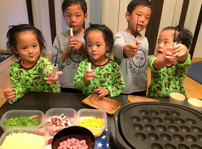 """Mẹ Nhật hot rần rần khi khoe ảnh gia đình với 1 cặp sinh đôi, 1 cặp sinh ba, đi đâu cũng """"ton sur ton"""" - Ảnh 12."""