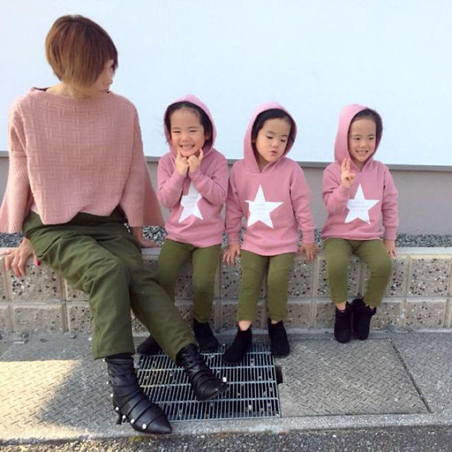 """Mẹ Nhật hot rần rần khi khoe ảnh gia đình với 1 cặp sinh đôi, 1 cặp sinh ba, đi đâu cũng """"ton sur ton"""" - Ảnh 13."""
