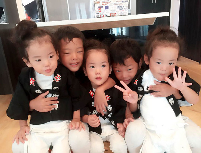 """Mẹ Nhật hot rần rần khi khoe ảnh gia đình với 1 cặp sinh đôi, 1 cặp sinh ba, đi đâu cũng """"ton sur ton"""" - Ảnh 14."""