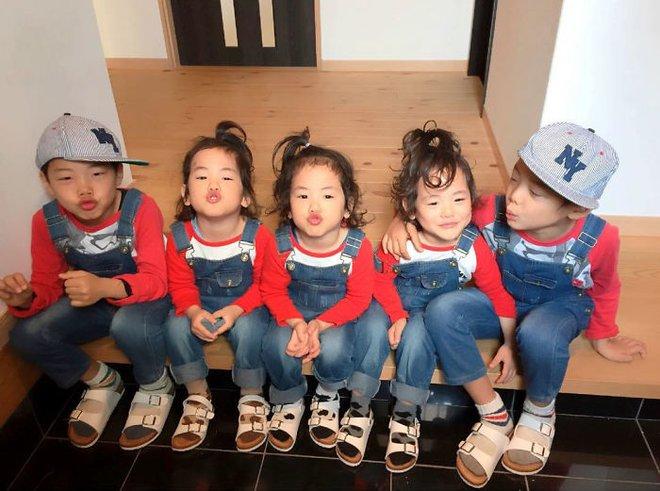 """Mẹ Nhật hot rần rần khi khoe ảnh gia đình với 1 cặp sinh đôi, 1 cặp sinh ba, đi đâu cũng """"ton sur ton"""" - Ảnh 16."""