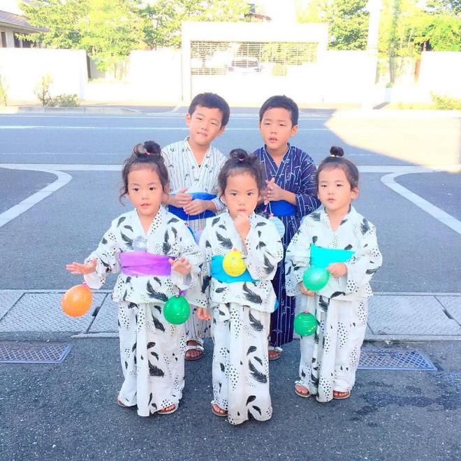 """Mẹ Nhật hot rần rần khi khoe ảnh gia đình với 1 cặp sinh đôi, 1 cặp sinh ba, đi đâu cũng """"ton sur ton"""" - Ảnh 18."""