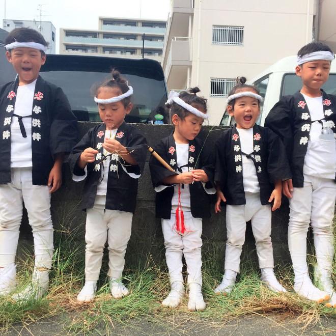 """Mẹ Nhật hot rần rần khi khoe ảnh gia đình với 1 cặp sinh đôi, 1 cặp sinh ba, đi đâu cũng """"ton sur ton"""" - Ảnh 23."""