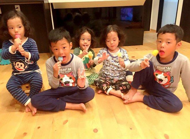 """Mẹ Nhật hot rần rần khi khoe ảnh gia đình với 1 cặp sinh đôi, 1 cặp sinh ba, đi đâu cũng """"ton sur ton"""" - Ảnh 25."""