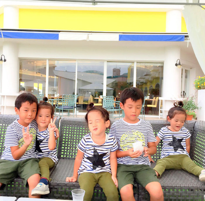 """Mẹ Nhật hot rần rần khi khoe ảnh gia đình với 1 cặp sinh đôi, 1 cặp sinh ba, đi đâu cũng """"ton sur ton"""" - Ảnh 26."""