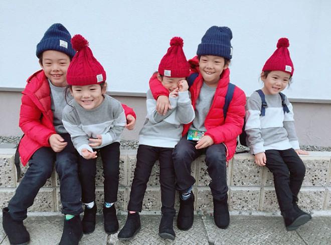 """Mẹ Nhật hot rần rần khi khoe ảnh gia đình với 1 cặp sinh đôi, 1 cặp sinh ba, đi đâu cũng """"ton sur ton"""" - Ảnh 28."""