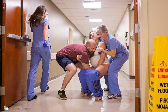 5 phút sau khi vỡ ối ở nhà, bà mẹ đã sinh con ngay trước cửa phòng cấp cứu bệnh viện - Ảnh 3.