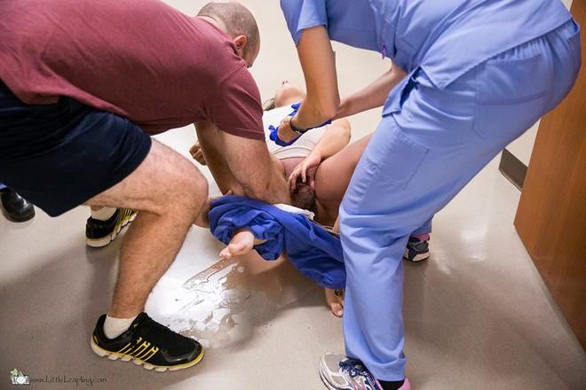 5 phút sau khi vỡ ối ở nhà, bà mẹ đã sinh con ngay trước cửa phòng cấp cứu bệnh viện - Ảnh 4.