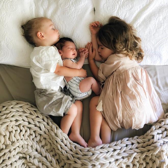 Có một bà mẹ chỉ chụp ảnh con ngủ mà cũng gây sốt đến thế - Ảnh 1.