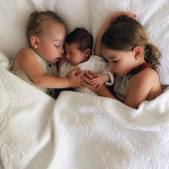 Có một bà mẹ chỉ chụp ảnh con ngủ mà cũng gây sốt đến thế - Ảnh 2.