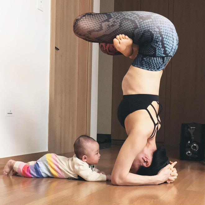 Bà mẹ xinh đẹp khiến cộng đồng mạng ngả mũ thán phục khi vừa tập yoga vừa trông con - Ảnh 1.