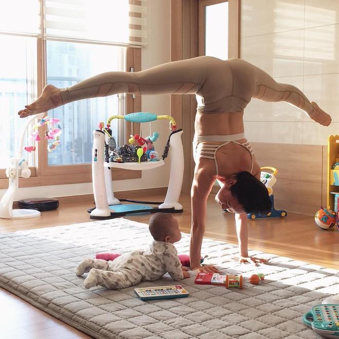 Bà mẹ xinh đẹp khiến cộng đồng mạng ngả mũ thán phục khi vừa tập yoga vừa trông con - Ảnh 3.