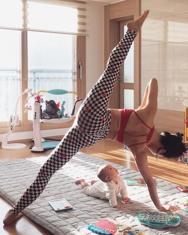 Bà mẹ xinh đẹp khiến cộng đồng mạng ngả mũ thán phục khi vừa tập yoga vừa trông con - Ảnh 5.