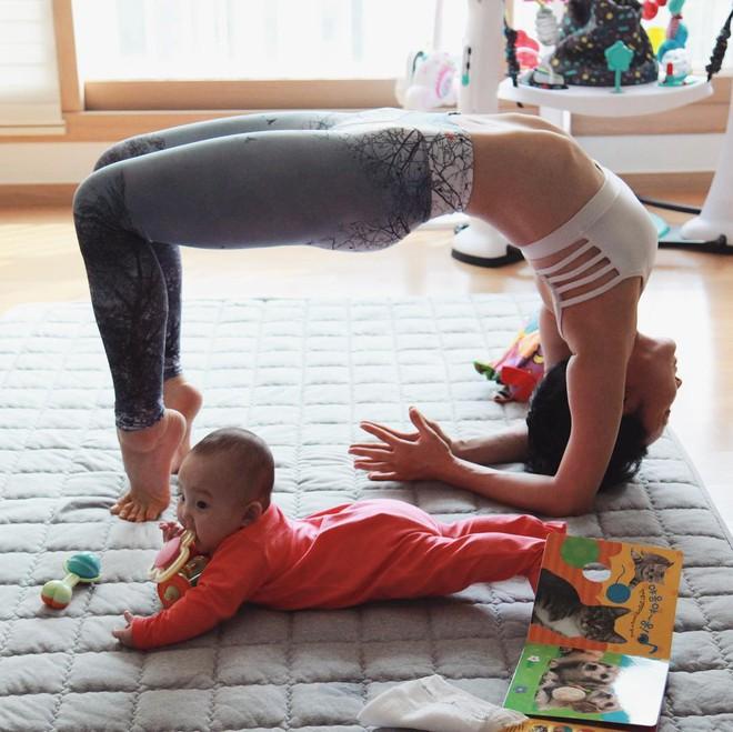 Bà mẹ xinh đẹp khiến cộng đồng mạng ngả mũ thán phục khi vừa tập yoga vừa trông con - Ảnh 6.