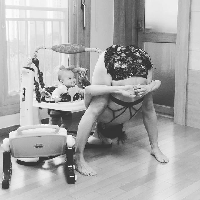 Bà mẹ xinh đẹp khiến cộng đồng mạng ngả mũ thán phục khi vừa tập yoga vừa trông con - Ảnh 8.
