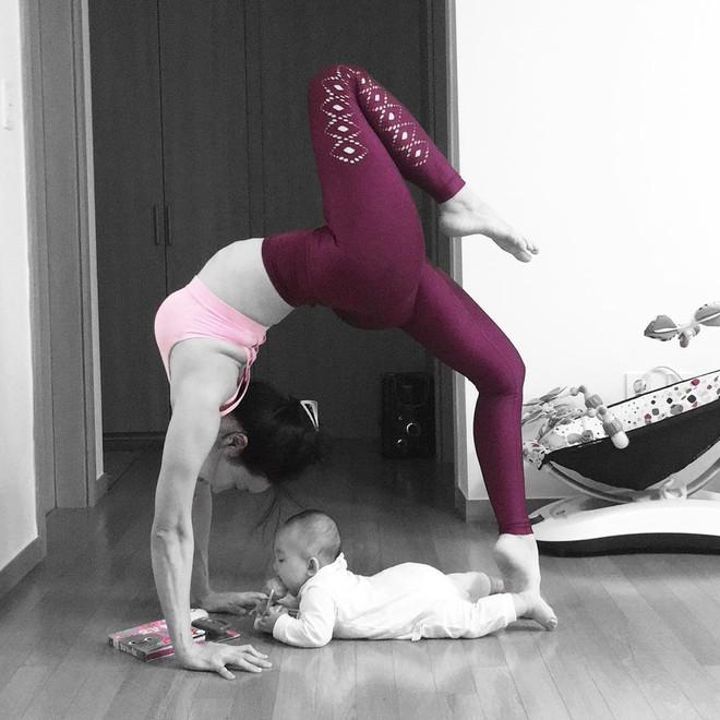 Bà mẹ xinh đẹp khiến cộng đồng mạng ngả mũ thán phục khi vừa tập yoga vừa trông con - Ảnh 9.