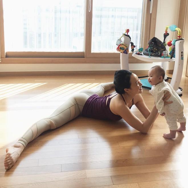 Bà mẹ xinh đẹp khiến cộng đồng mạng ngả mũ thán phục khi vừa tập yoga vừa trông con - Ảnh 11.