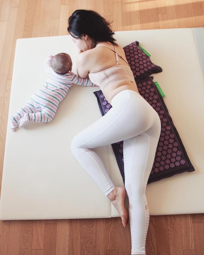 Bà mẹ xinh đẹp khiến cộng đồng mạng ngả mũ thán phục khi vừa tập yoga vừa trông con - Ảnh 12.