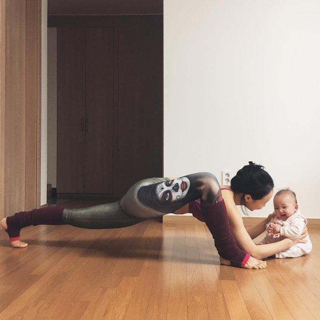 Bà mẹ xinh đẹp khiến cộng đồng mạng ngả mũ thán phục khi vừa tập yoga vừa trông con - Ảnh 14.