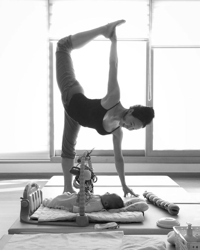 Bà mẹ xinh đẹp khiến cộng đồng mạng ngả mũ thán phục khi vừa tập yoga vừa trông con - Ảnh 16.