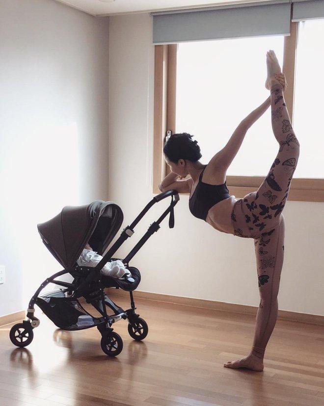 Bà mẹ xinh đẹp khiến cộng đồng mạng ngả mũ thán phục khi vừa tập yoga vừa trông con - Ảnh 17.