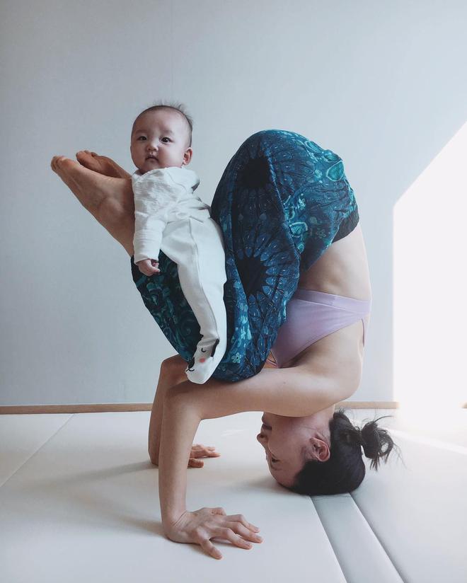 Bà mẹ xinh đẹp khiến cộng đồng mạng ngả mũ thán phục khi vừa tập yoga vừa trông con - Ảnh 18.