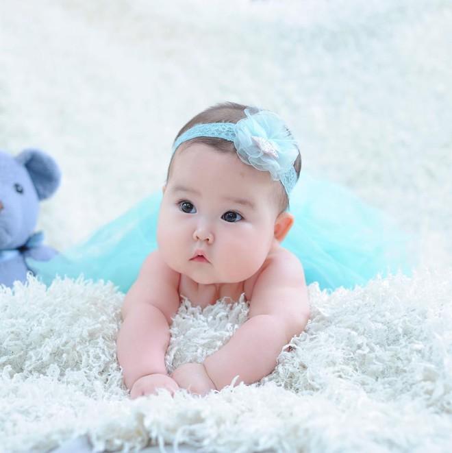 Em bé Hà Nội xinh như búp bê với đôi má bánh bao ai nhìn cũng muốn… cắn - Ảnh 12.