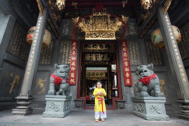 Ngắm Cô Ba Sài Gòn nhí xúng xính áo dài, guốc mộc lên chùa cầu an đầu xuân - Ảnh 8.
