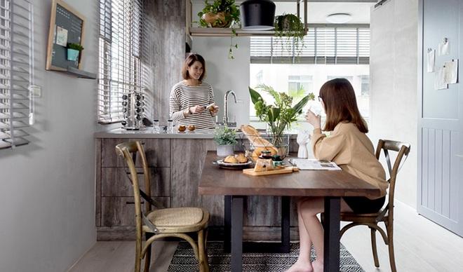 Căn hộ màu xám với thiết kế cửa trượt thông minh tạo nên không gian hạnh phúc của hai cô gái trẻ - Ảnh 1.